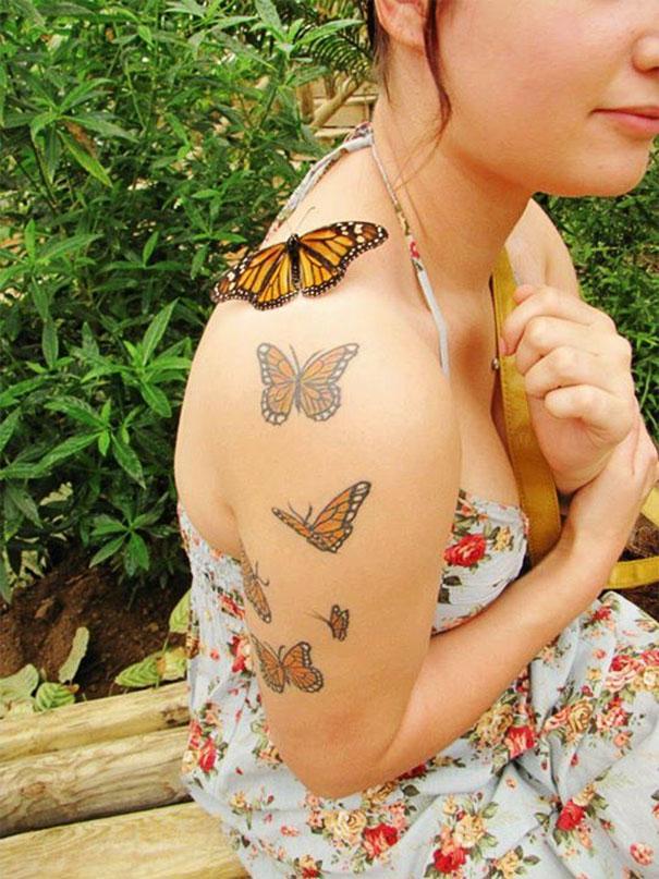 Una mariposa se encuentra con sus hermanas en tatuaje.