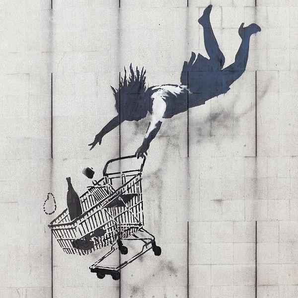 Niña cayendo con un carrito de supermercado