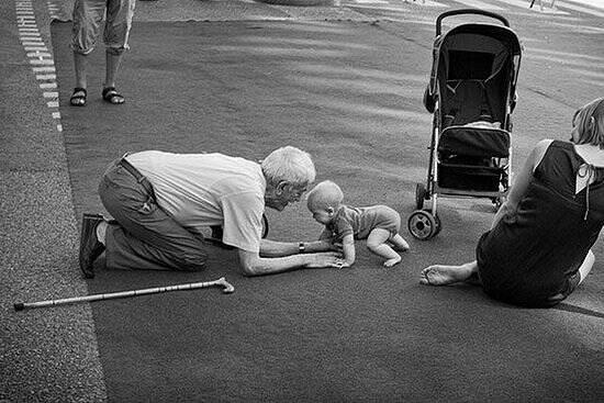 Un abuelo que se convierte de nuevo en niño.