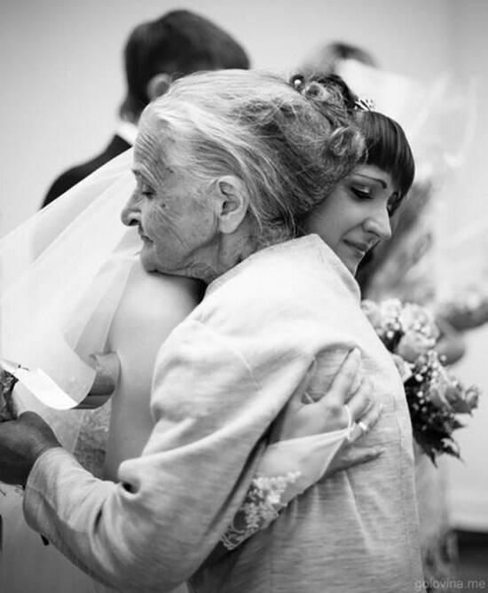 Un dulce abrazo entre una nieta y su abuela el día de su boda.