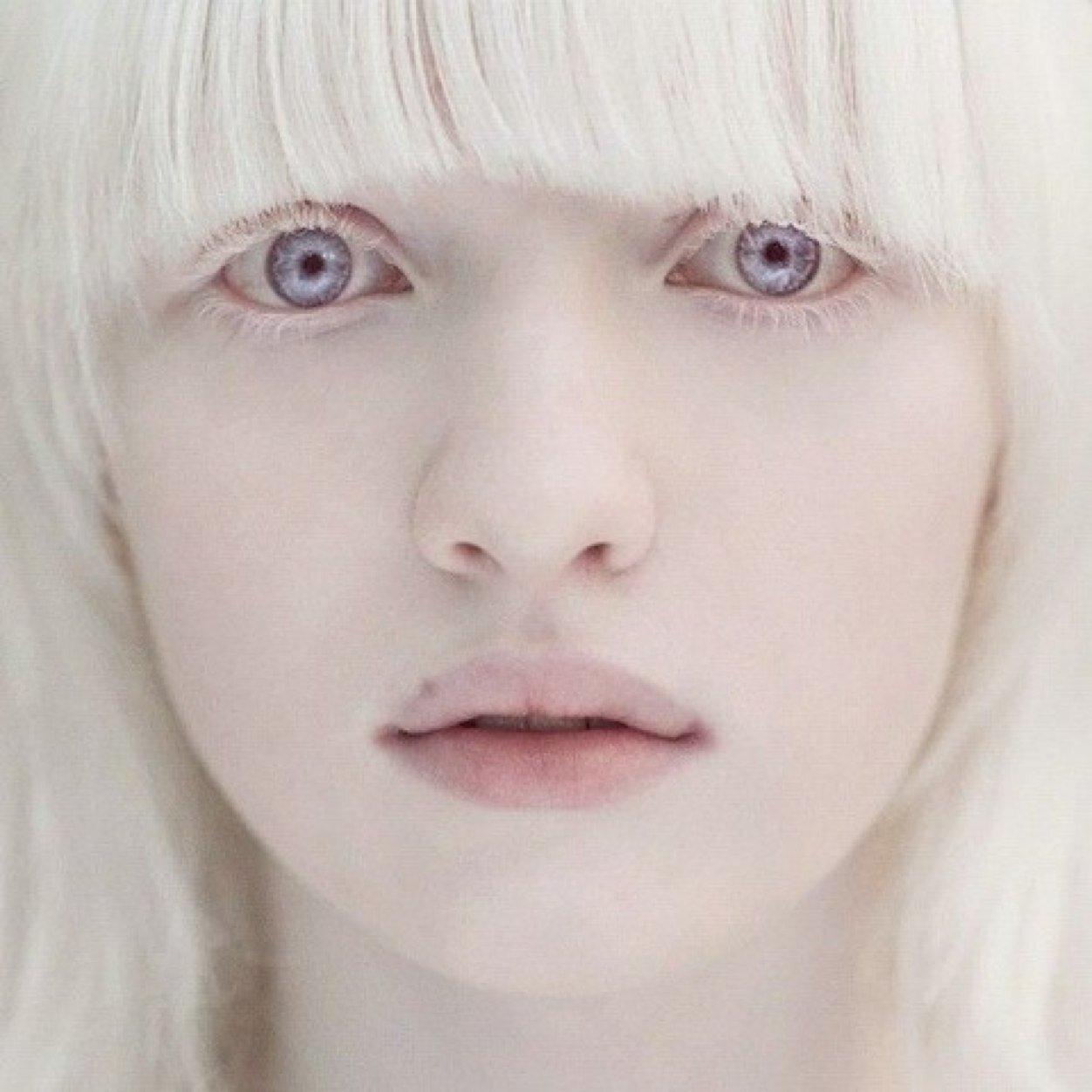 El lino blanco la crema que blanquea para las manos las revocaciones