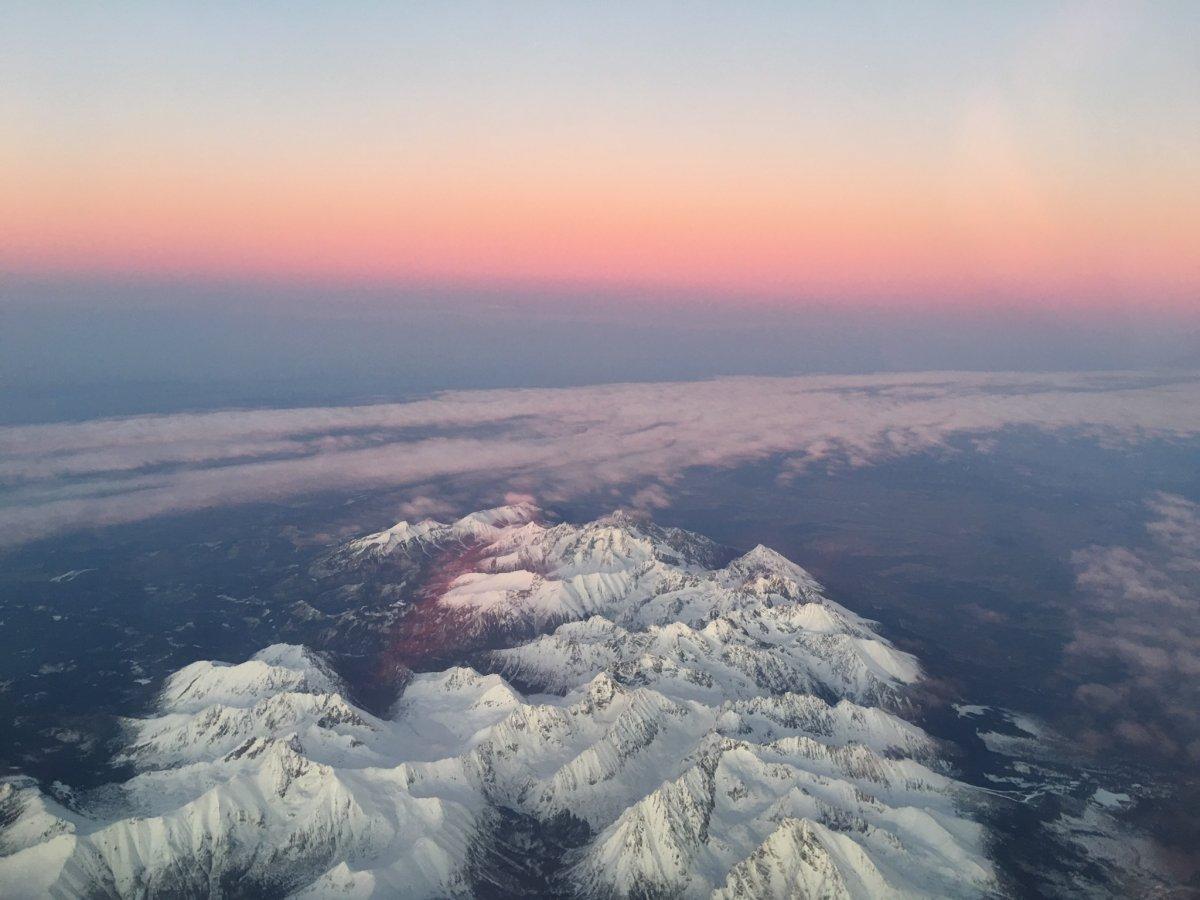 Puesta de sol sobre las montañas de Tatra, en vuelo de Varsovia a Budapest
