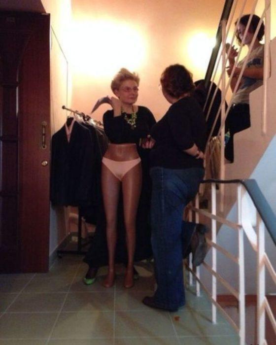Una mujer con piernas muy largas.