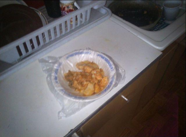 1. Cubre tus platos con papel plástico y nunca vuelvas a lavar un plato!