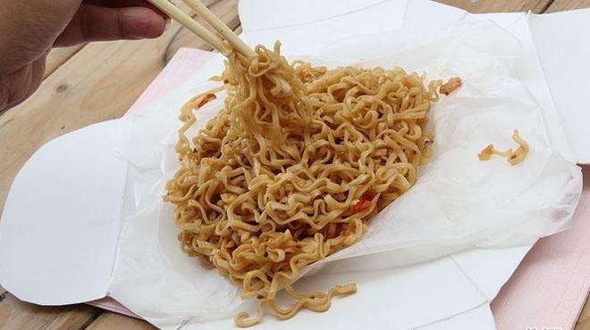 3. Usa de forma correcta el paquete de comida para llevar, comiendo directamente de él